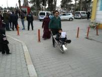 Ayağı Kırılan Oğlunu El Arabasıyla Hastaneye Götürdü