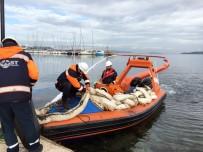 EGE ÜNIVERSITESI - Yakıtla Kaplanan Urla Limanında Temizleme Çalışmaları Sürüyor