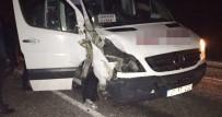 YOLCU MİNİBÜSÜ - Yolcu Minibüsü İle Traktör Çarpıştı Açıklaması 1 Ölü, 2 Yaralı