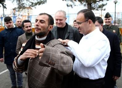 Bekir Bozdağ, ceketini vatandaşa hediye etti!