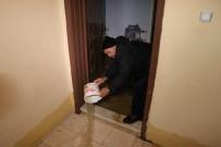 İŞ MAKİNESİ - Kanalizasyon Borusu Patladı Ev Ve İş Yerleri Su Bastı