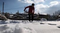 ÇÖKME TEHLİKESİ - Kars'ta Vatandaşların Karla Mücadelesi