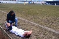SAĞLIK GÖREVLİSİ - Sakatlanan Futbolcu Saha Kenarında Ambulans Bekledi