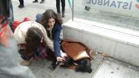 TAKSIM - Taksim Metrosunda Duygulandıran Görüntü
