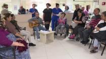 DİYALİZ HASTASI - Diyaliz Hastası Genç Kader Arkadaşlarına Gitarıyla Moral Veriyor