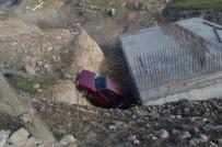 YENIKENT - Otomobil Köprü İnşaatına Uçtu Açıklaması 2 Yaralı