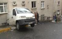 KURTARMA EKİBİ - Minibüs Apartman Boşluğunda Asılı Kaldı