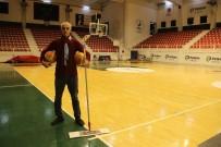 TEMİZLİK GÖREVLİSİ - Temizlik Görevlisinin Basketbol Yeteneği Görenleri Şaşırtıyor