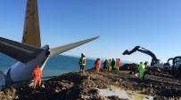 İŞ MAKİNESİ - Trabzon'da Pistten Çıkan Yolcu Uçağının Bulunduğu Yerden Çıkarılması İçin Çalışmalar Sürüyor