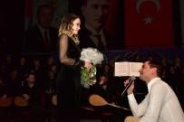 Bir Anda Sahneye Çıkıp Evlilik Teklifi Etti