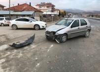 Denizli'de Kontrolsüz Kavşakta Tır İle Otomobil Çarpıştı Açıklaması 2 Yaralı