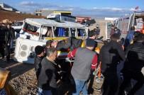 Otomobille Servis Aracı Çarpıştı Açıklaması 9 Yaralı