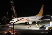 Bulunduğu Yerden Çıkarılan Uçağın Havalimanında Güvenli Bölgeye Çekilme İşlemi Başladı