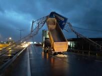 Damperi Açılan Tır Trafik Levhalarını Devirdi
