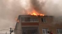 ALLAH - İstanbul'da 3 Katlı Binanın Çatısında Korkutan Yangın