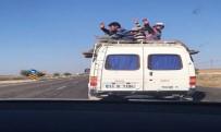Mevsimlik İşçiler Minibüsün Üstünde Yolculuk Yaptı