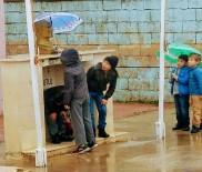 YAĞAN - Minik Öğrenciler Atatürk Büstü Islanmasın Diye Şemsiye Tuttular