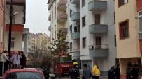 YUNUS EMRE - Tosya'da 3 Katta Çıkan Yangında Yaşlı Kadın Pencereden Atladı