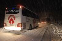 KAYHAN - Erzincan-Sivas Karayolu Ulaşıma Kapandı, Çok Sayıda Araç Yolda Mahsur Kaldı