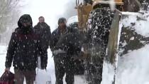 OKUL SERVİSİ - Hakkari'de Köy Yolunda Mahsur Kalan Öğrenciler Kurtarıldı
