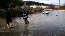 Karadeniz'de Dev Dalgalar Sahil Şeridindeki Yerleşim Birimlerine Zarar Verdi