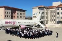 SİNEMA SALONU - Karne Sevinçlerini Boeing 737-400 Tipi Yolcu Uçağının Önünde Kutladılar