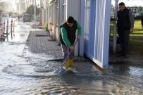 ATAKÖY - Metro Çalışması Sırasında Ana Su Borusu Patladı Yollar Göle Döndü