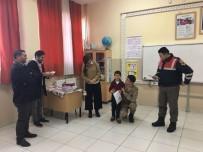TRAFİK KURALLARI - Öğrencilerin Karnesini Jandarma Verdi