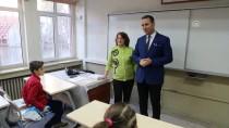 Öğrencilerine Son Karneyi Dağıtarak Emekli Oldu