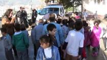 YUNUS EMRE - Polisten Öğrencilere 'Anons'lu Karne Hediyesi