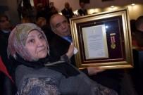 İZMIR VALILIĞI - Şehit Yüzbaşı Çevik'in Ailesine Devlet Övünç Madalyası