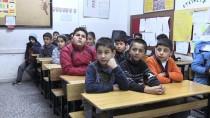 Suriyeli Çocuğun Karne Sevinci