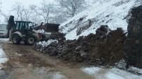GÖKHAN KARAÇOBAN - Kar Yağışı Toprak Kaymasına Neden Oldu