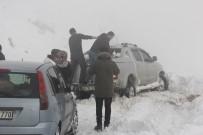 İŞ MAKİNASI - Kayak Merkezi Yolunda Mahsur Kalanlar Kurtarıldı
