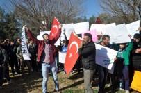 GÜMRÜK KAPISI - Suriyeliler Sınırda YPG'yi Protesto Etti