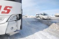 YARALI KADIN - Tipi Ve Buzlanma Sonucu Otomobil Otobüsle Çarpıştı Açıklaması 1 Yaralı