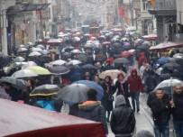 İLGİNÇ GÖRÜNTÜ - İstiklal Caddesi'nde Şemsiyeli Vatandaşların İlginç Görüntüsü