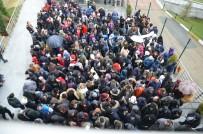 TELEFERIK - Uludağ'da Tatilciler Teleferiğe Hücum Etti