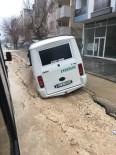 YOLCU MİNİBÜSÜ - Yolcu Minibüsü Çöken Yola Saplandı