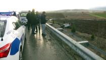 EVLİYA ÇELEBİ - Kütahya'da Otomobil Şarampole Devrildi Açıklaması 2 Ölü