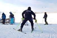 YAĞAN - Polonya'da Kayaklı Polisler Görevde