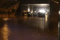 Karayolunu 2 Metre Su Bastı, 5 Araç Mahsur Kaldı