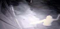 MECIDIYE - (Özel) PTT Şubesinin Kapısını Tekme Ve Taşla Kıran Soyguncu Kamerada