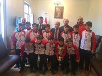 FUTBOL TAKIMI - Salihlili Öğrencilerden İl Şampiyonluğu