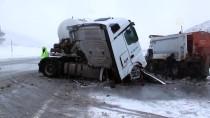 BETON MİKSERİ - Tokat'ta Beton Mikseri İle Kar Küreme Aracı Çarpıştı Açıklaması 3 Yaralı