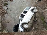 DOĞANKÖY - Hafif Ticari Araç Köprüden Uçtu Açıklaması 2 Yaralı