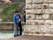 SEYHAN NEHRİ - Nehirdeki Köprü Ayağında Mahsur Kalan 3 Çocuk Kurtarıldı