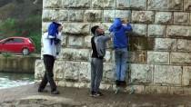 SEYHAN NEHRİ - Nehrin Ortasında Mahsur Kalan 3 Çocuk Kurtarıldı