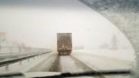 Adana'da Kar Yağışı Otoyolda Ulaşımı Tek Yönlü Kapattı