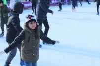 YAŞ SINIRI - Çocuklar Tatilin Tadını Buz Pistinde Çıkarıyor